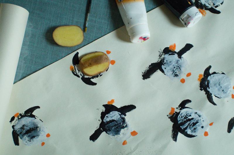 Faire son papier cadeau soi-même grâce à de la peinture et des pommes de terre par Minabulle