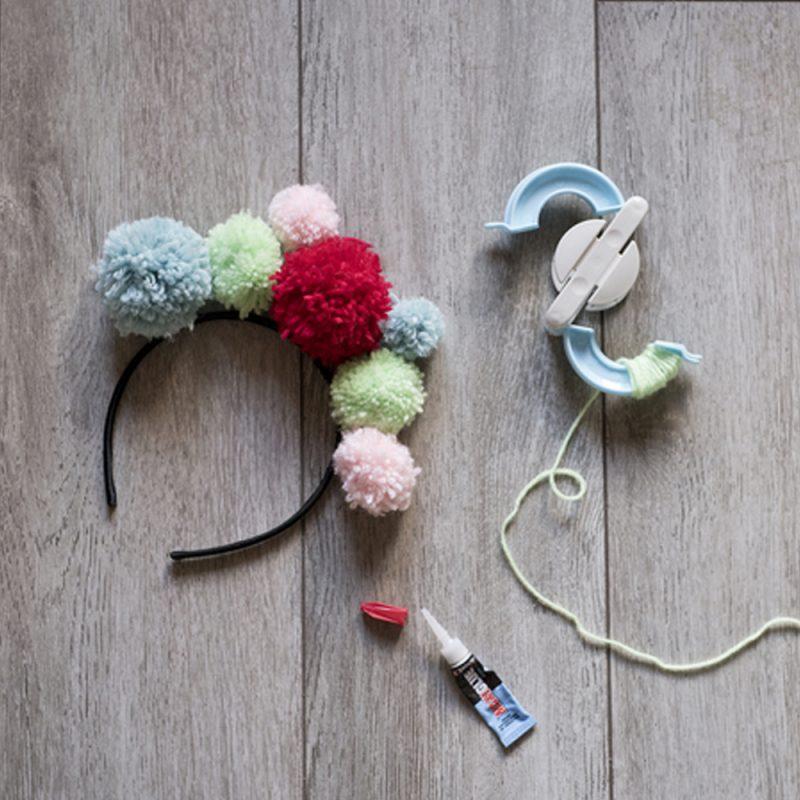 DIY Spécial Carnaval: créer avec vos enfants des couronnes de pompons par Minabulle - tuto débutant