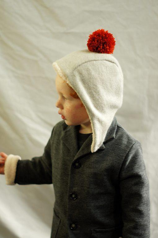 bonnet écru pompon rouge