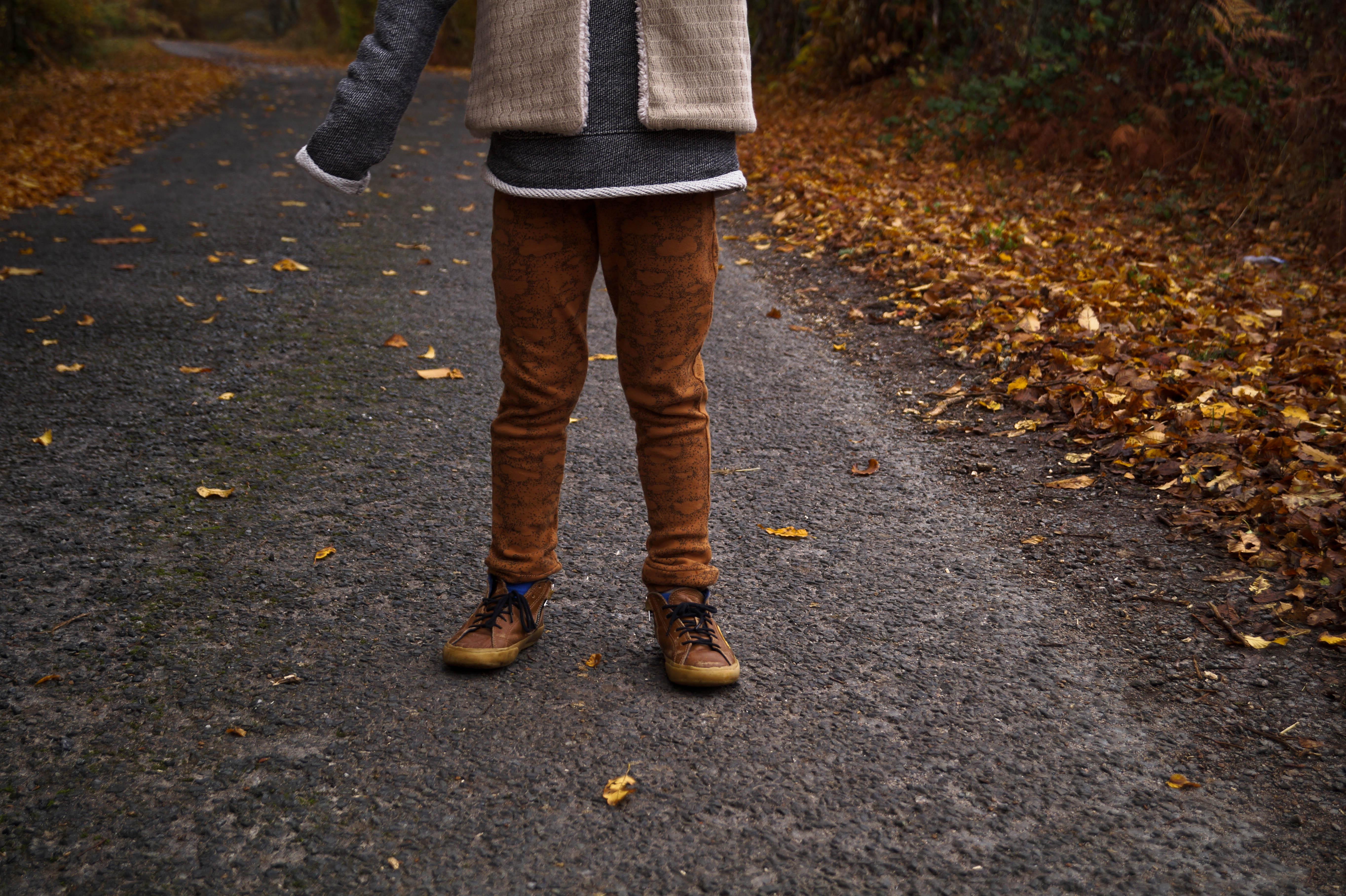 Shooting automne Minabulle garçon raleur pantalon nuages