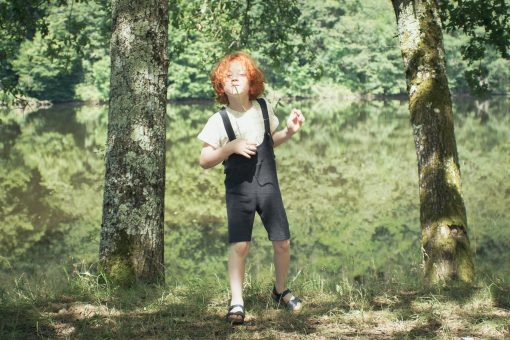 salopette short enfant Minabulle en éponge anthracite et t-shirt Minabulle en jersey de coton bio écru à carreaux