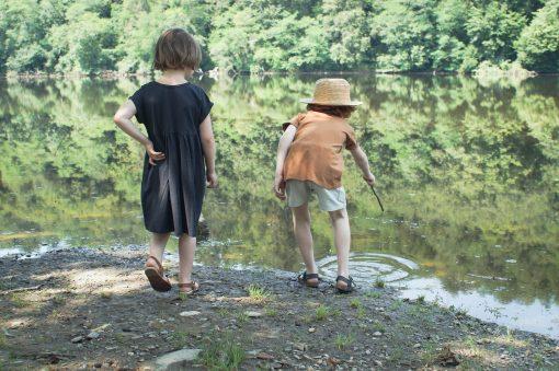 t-shirt enfant Minabulle en jersey de coton bio cannelle et short en crêpe de coton gris, et robe enfant loose Minabulle en jersey de coton bio anthracite
