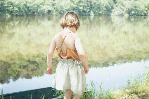 débardeur enfant Minabulle à fines bretelles croisées dans le dos, en crêpe de coton cannelle et jupe froncée à la taille en crêpe de coton gris
