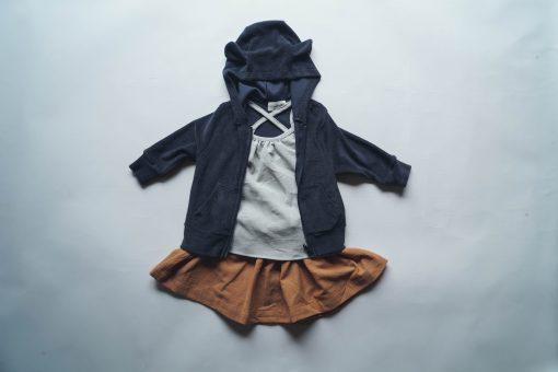 débardeur enfant Minabulle à fines bretelles croisées dans le dos, en crêpe de coton gris et jupe froncée à la ceinture en crêpe de coton cannelle et sweat zippé en éponge anthracite