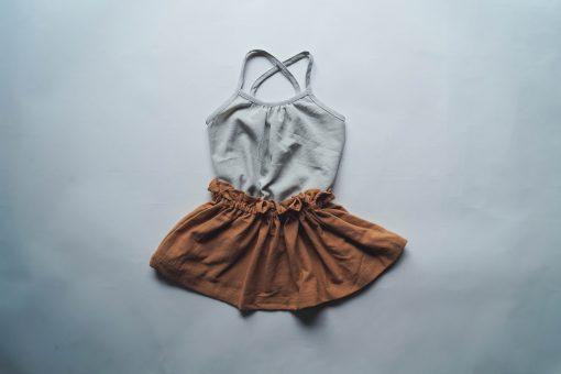 débardeur enfant Minabulle à fines bretelles croisées dans le dos, en crêpe de coton gris et jupe froncée à la ceinture en crêpe de coton cannelle