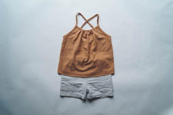 débardeur enfant Minabulle à fines bretelles croisées dans le dos, en crêpe de coton cannelle et short en crêpe de coton gris