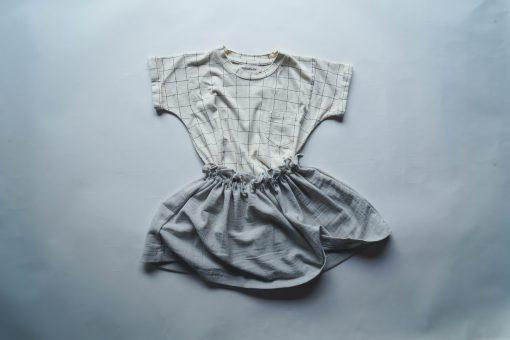 t-shirt enfant Minabulle en jersey de coton bio écru à carreaux et jupe froncée à la ceinture en crêpe de coton gris