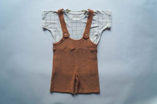 salopette short enfant Minabulle en éponge cannelle et t-shirt Minabulle en jersey de coton bio écru à carreaux
