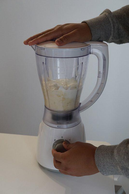 mixez la préparation banane lait yaourt sucre