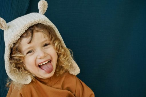 bonnet en tricot gris à oreilles